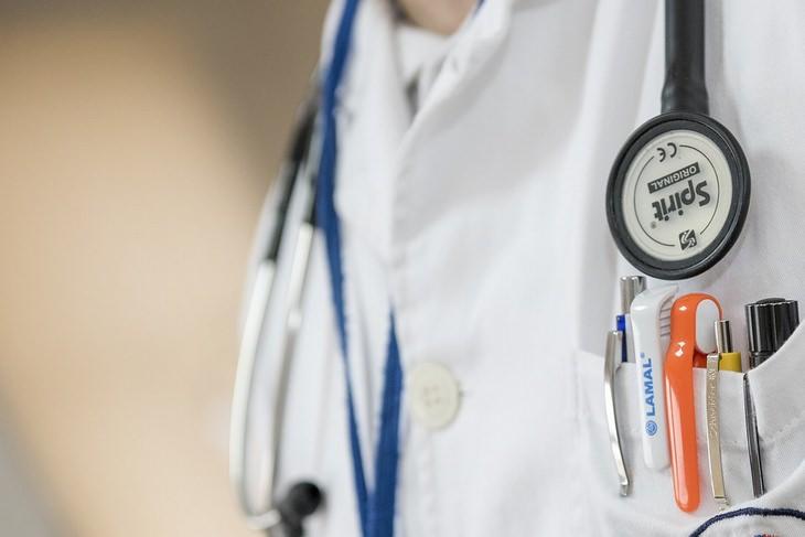 מידע שחייבים לספר לרופא: אדם לבוש בחלוק של רופא עם סטטוסקופ על צווארו
