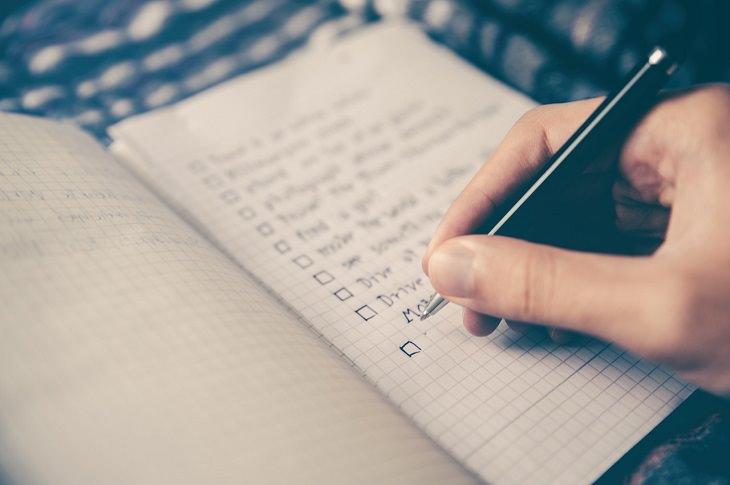 סימנים לכך שאתם בעלי חוסן מנטלי: יד כותבת רשימה במחברת