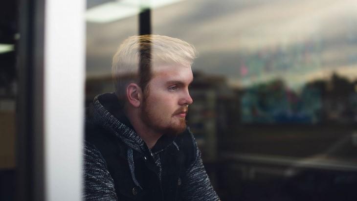 מתי עדיף להגיד תודה: גבר במבט מדוכדך יושב בבית קפה
