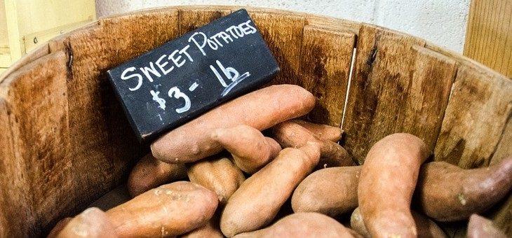 מאכלים עשירים בביוטין: בטטות בכלי עץ