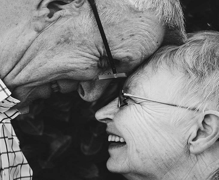 עצות חכמות מסבא: זוג מבוגר ומחויך מצמיד פנים