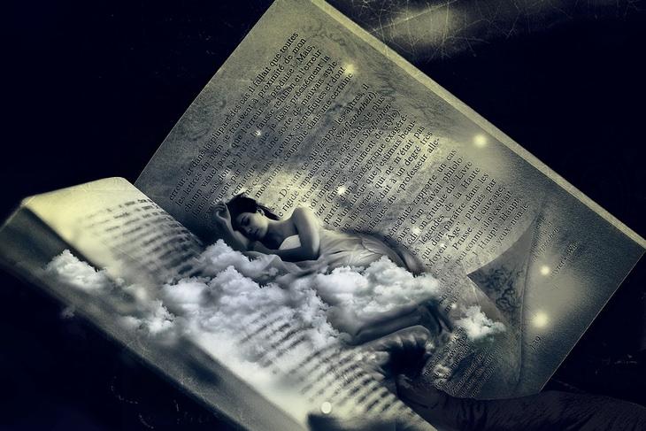 עקרונות הספר 7 ההרגלים של אנשים אפקטיביים במיוחד: גרפיקה ממוחשבת של אישה שוכבת מבצבצת מבין דפי ספר פתוח