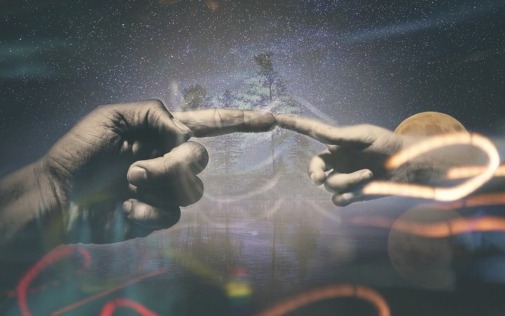 עקרונות הספר 7 ההרגלים של אנשים אפקטיביים במיוחד: גרפיקה ממוחשבת של אצבע נוגעת באצבע על רקע מראה היקום
