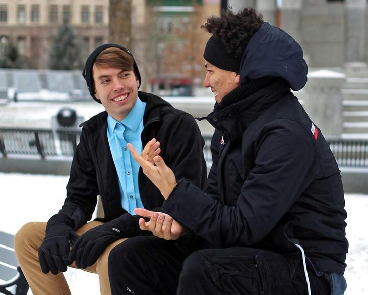 עצות חכמות מסבא: שני חברים מתבגרים מדברים בחוץ