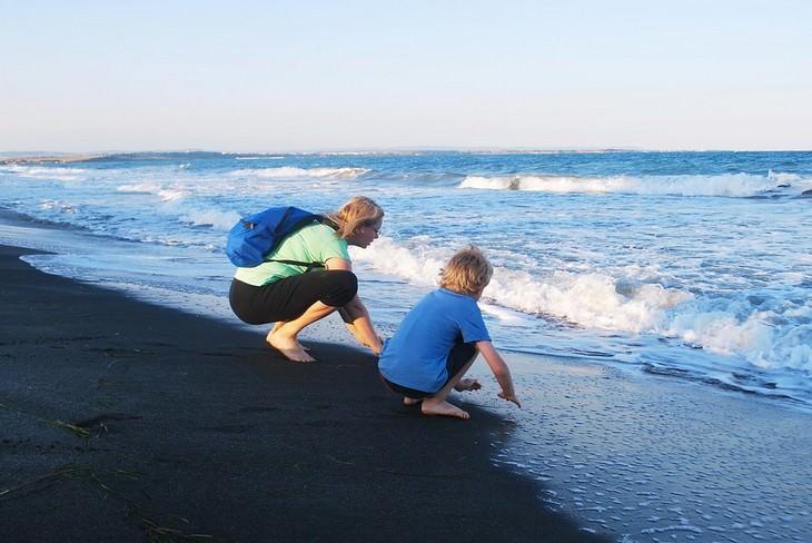 עצות חכמות מסבא: אימא ובן כורעים מול גלי הים