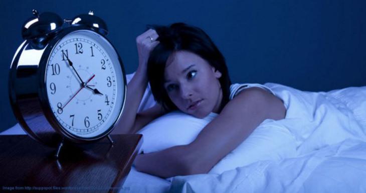 טעויות שמונעים מכם שינה ערבה: אישה שוכבת במיטה ומסתכלת על שעון שמורה על השעה 4 בבוקר