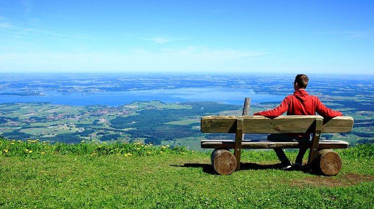 """סרטוני דמיון מודרך של ד""""ר ברוך אליצור: גבר על ספסל משקיף על הנוף"""