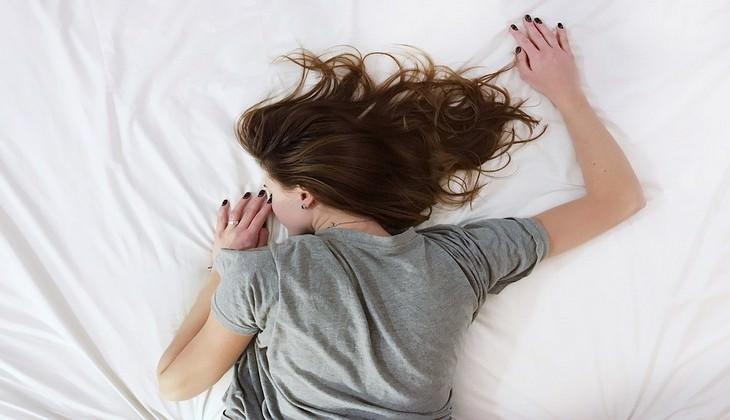 העבודות המשונות בעולם: אישה ישנה על הבטן