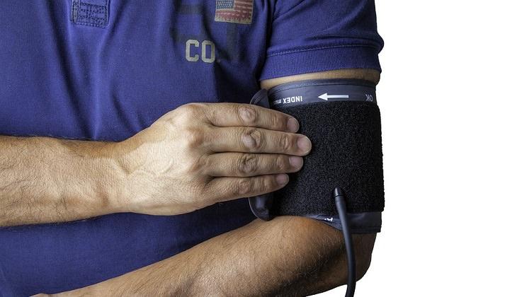 טיפול טבעי בלחץ דם: איש רפואה בודק לעצמו לחץ דם