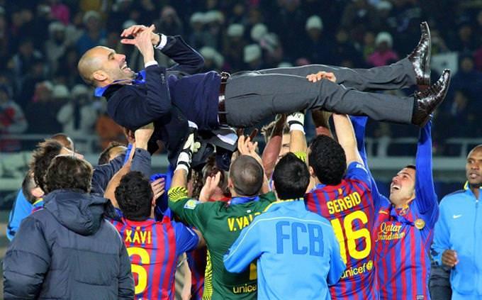 שחקני ברצלונה מניפים את המאמן פפ גוארדיולה באוויר