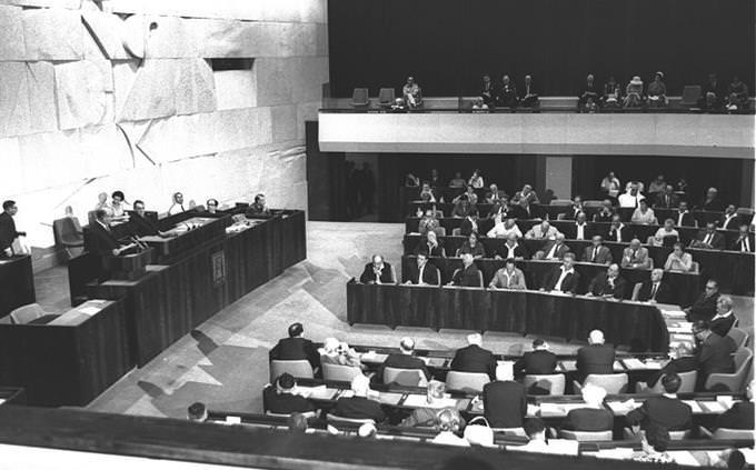 """ישיבת הכנסת הראשונה במשכנה בירושלים בראשות יו""""ר הכנסת קדיש לוז"""