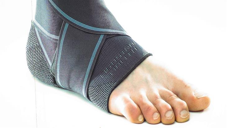 כאבים בזמן הליכה: כף רגל עטופה ברצועה אלסטית