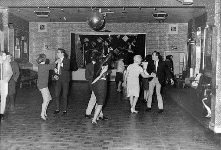 תמונות היסטוריות: הביטלס מנגנים במועדון לילה נטוש בבריטניה בשנת 1961