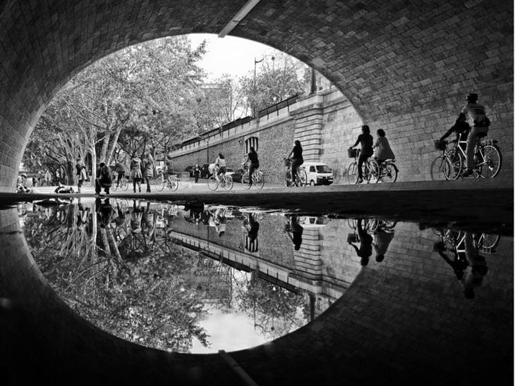 תמונות מדהימות: השתקפות רוכבי אופניים על  מי נהר