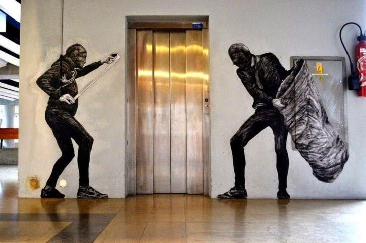 אומנות רחוב מצחיקה: ציור קיר של שני שודדים המוכנים לתקוף את קורבנם מחוץ למעלית