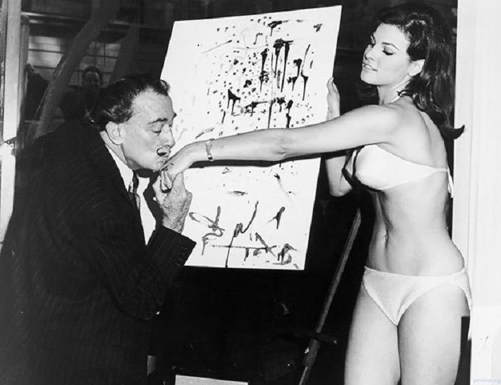 תמונות היסטוריות: סלבדור דאלי מנשק את ידה של ראקל וולש ומעניק לה ציור שיצר בדמותה