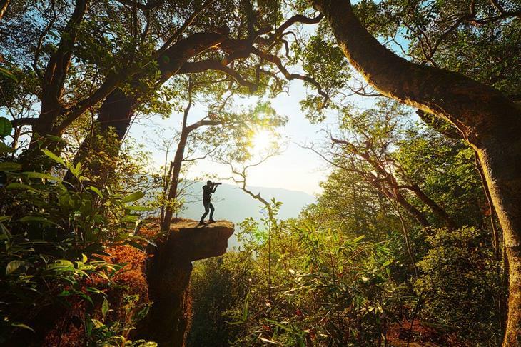 אתרים פחות מוכרים בתאילנד: צלם עומד על צוק בשמורת הטבע קאו יאי