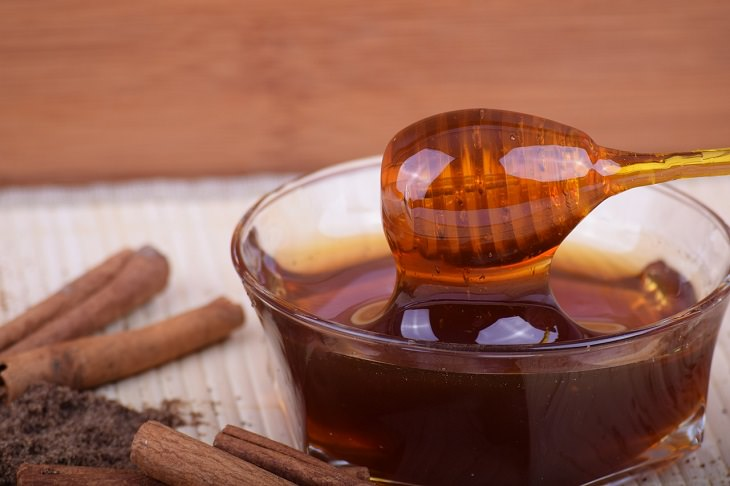 סוכריות טבעיות לטיפול בשיעול וכאבי גרון: דבש בקערת זכוכית