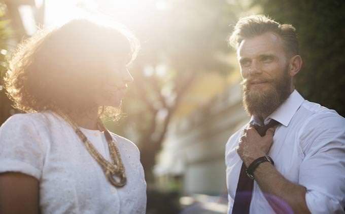מבחן טריוויה ביטויים ופתגמים: אישה מביטה על גבר שמסדר את עניבתו ברחוב