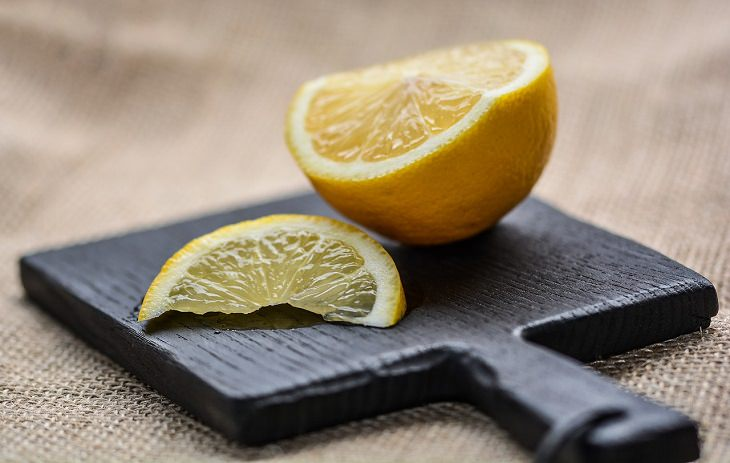 סוכריות טבעיות לטיפול בשיעול וכאבי גרון: קרש חיתוך עם חצי לימון