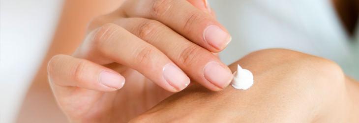 דברים יומיומיים ממכרים: אישה מורחת קרם לחות על היד