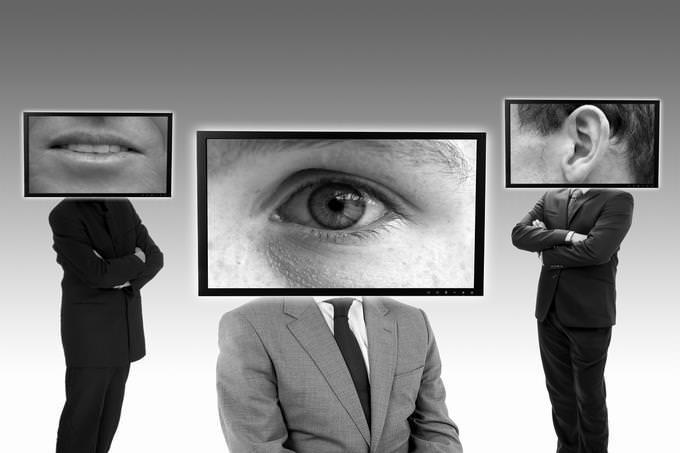 איזה ריאליטי מתאים לך: גרפיקה ממוחשבת של מסכי טלוויזיה על ראשים