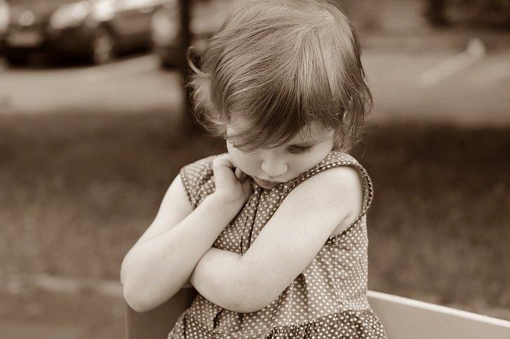 עצות הורות של סופר נני המקורית: ילדה משפילה מבט