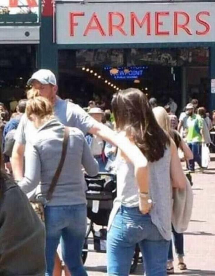 תמונות שצריך להסתכל עליהן פעמיים: איש שנראה כאילו הוא שולח את ידו מרחוק לכיס אחורי של בחורה