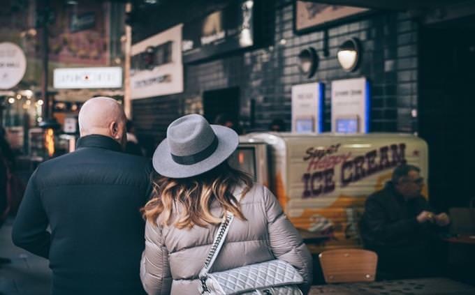 בחן את עצמך - חיי מפורסמים: גבר ואישה מטיילים יחד ברחוב