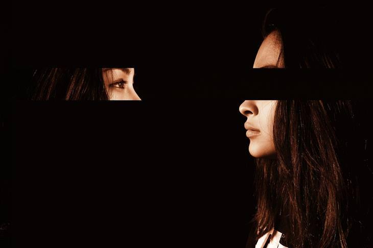 ציטוטים של קרל יונג: אישה שעינייה מופיעות מול פניה