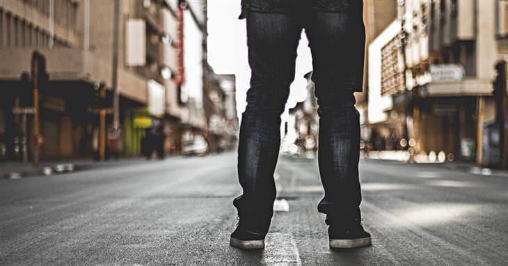 ציטוטים של קרל יונג: רגליים של איש שעומד על כביש