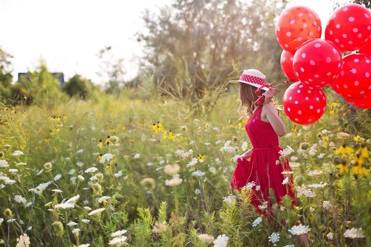 ציטוטים של קרל יונג: אישה רצה בשדה עם בלונים בידה