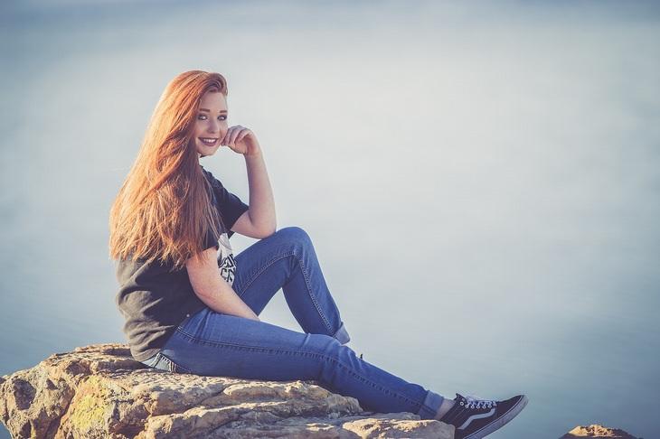 יתרונות הקמפור: נערה יושבת על סלע