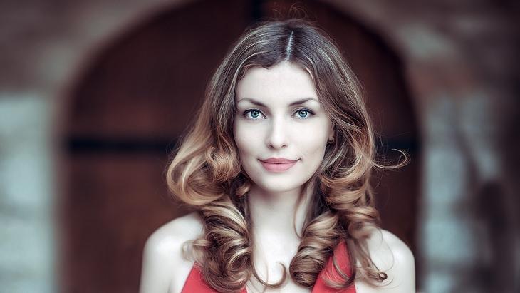 יתרונות הקמפור: אישה מחוייכת עם עור פנים חלק