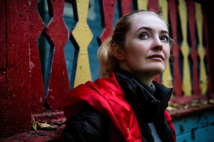 תרגול שיטת העבודה של ביירון קייטי: אישה מביטה לאופק, נשענת על קיר צבעוני