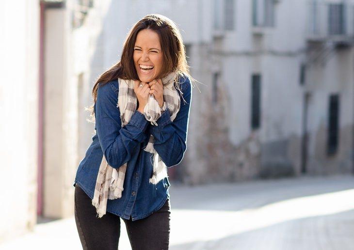 תרגול שיטת העבודה של ביירון קייטי: אישה צוחקת ברחוב
