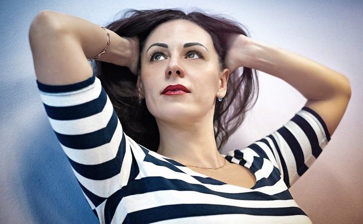 תרגול שיטת העבודה של ביירון קייטי: אישה מרימה את שיערות ראשה בידיה