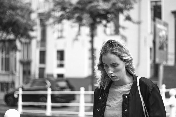 תרגול שיטת העבודה של ביירון קייטי: אישה במבט מוטרד צועדת ברחוב