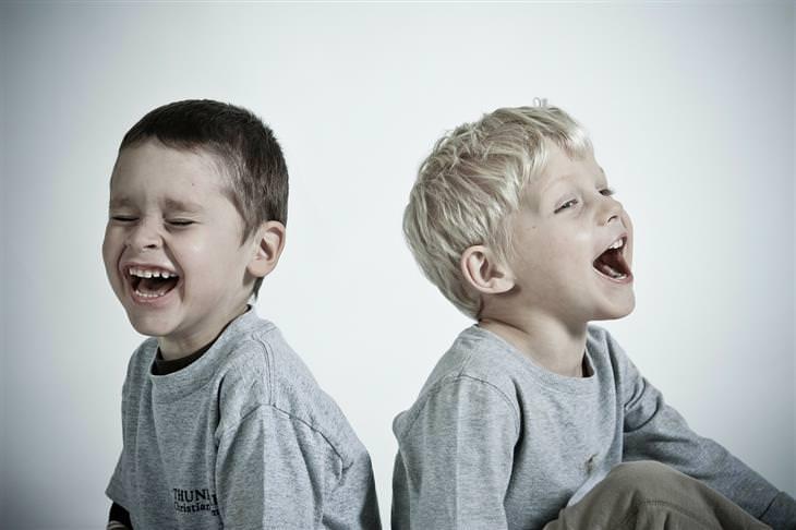 שאלות שכדאי לשאול את הילדים: שני ילדים צוחקים