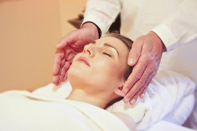 בחן את עצמך - נפש בריאה: אישה מקבלת טיפול רייקי