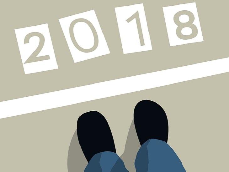 הבטחות לשנה הקרובה: איור של רגליים ניצבות לפני קו התחלה והספרות 2018