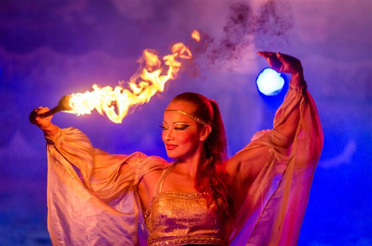 אירועים חינמיים בחנוכה 2017: אישה רוקדת עם לפיד בידה