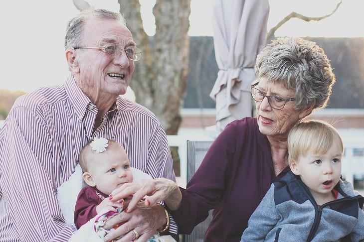 השפעת ילדים על המערכת הזוגית: סבא וסבתא עם נכדים