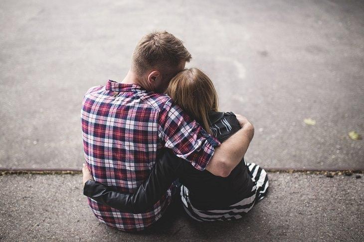 השפעת ילדים על המערכת הזוגית: זוג מתחבק