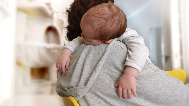 השפעת ילדים על המערכת הזוגית: תינוק ישן על אמא