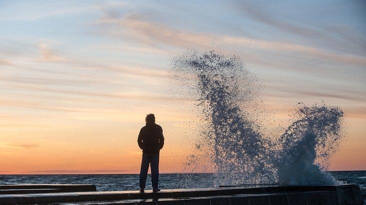 התמודדות עם חרדה: דמות על שובר גלים