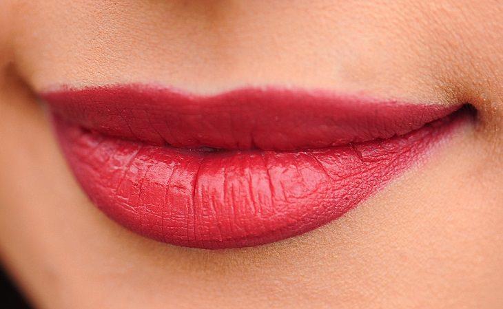 פילינג טבעי ליובש בשפתיים: שפתיים מרוחות באודם