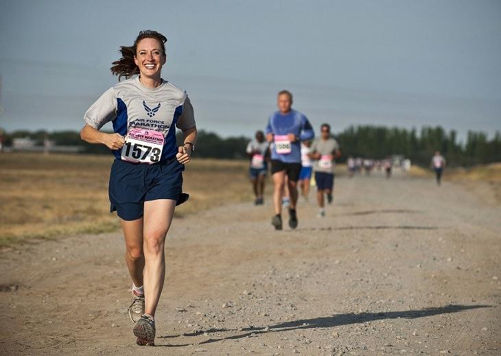 יתרונתיה הבריאותיים של הגוארנה: אישה מחויכת רצה בתחרות