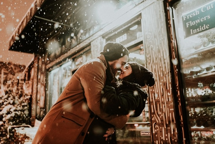 יתרונתיה הבריאותיים של הגוארנה: איש ואישה מתחבקים ונצמדים זה לזה כששלג יורד עליהם