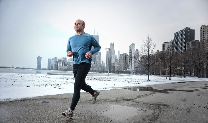 איש מבוגר רץ